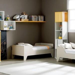 Dość praktycznym sposobem ustawienia jest prostopadłe usytuowanie łóżek wzdłuż tworzących kąt ścian. Fot. Ros.