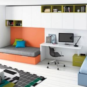 Sprytnym sposobem na rozdzielenie przestrzeni dzieci jest ustawienie między łóżkami biurka. Fot. Muebles Lara.