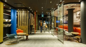 Marka ibis kontynuuje proces modernizacji swoich obiektów w Polsce, którego celem jest podniesienie komfortu wypoczynku gości. Na początku lutego br., w hotelu ibis Poznań Centrum zakończono renowację wystroju wnętrz powierzchni publicznych oraz r