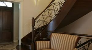 Na estetykę schodów ma wpływ przede wszystkim wybór materiału wykończeniowego. W Polsce nadal największą popularnością cieszą się schody z naturalnego drewna. Pięknie zaprojektowane schody mogą przybrać formę ciekawej, wielkoformatowej rze