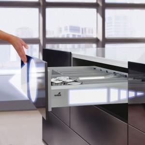 W szufladach ArciTech firmy Hettich zastosowano system Push To Open Silent, który jest całkowicie mechaniczny, a do tego zintegrowany z systemem cichego domykania. Po nacisku szuflada się otwiera, a zamaszysty ruch wystarczy, by cicho i delikatnie się zamknęła. Fot. Hettich.