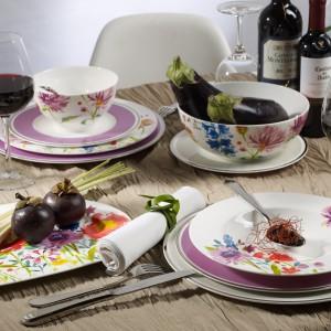 Piękna kolorowa zastawa, smaczne jedzenie i wino to przepis na udaną randkę. Fot. Villeroy&Boch.