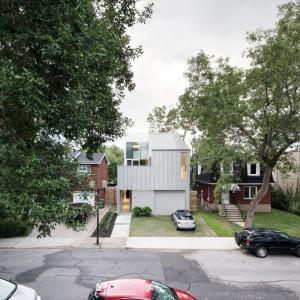 Architektom zależało na tym, aby dom był utrzymany w nowoczesnym tonie i wyróżniał się na tle sąsiadujących budynków, ale jednocześnie pasował do otoczenia i nie wyglądał karykaturalnie. Projekt: Thomas Balaban Architecture. Fot. Adrien Williams.