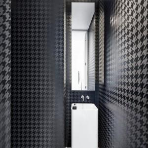 Z reżimu jasnych pomieszczeń wyłamuje się łazienka. Ściany tutaj wykończono czarno-szarą... pepitką. Projekt: Thomas Balaban Architecture. Fot. Adrien Williams.