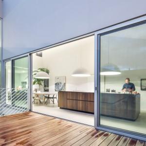 Panoramiczne przeszklenia wyglądają na wewnętrzne patio. Projekt: Thomas Balaban Architecture. Fot. Adrien Williams.