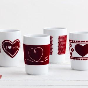 Ciepłe, podgrzewające miłosną atmosferę napoje można podać w designerskich kubkach z serii Kahla touch!, które dostępne są w sklepie Czerwona Maszyna. Fot. Kahla.