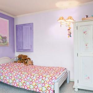 Liliowe ściany dodają wnętrzu subtelnego uroku, chrakterystycznego dla romantyczek. Farby: Crocus violet, Misty violet marki Beckers Colour Designer. Fot. Beckers Colour Designer.