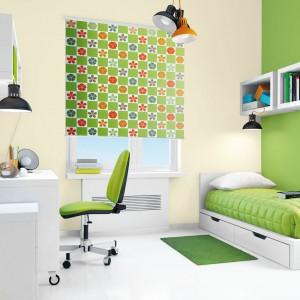 Nadmiar zieleni dobrze jest przełamać jakimś ciepłym kolorem. Można wykorzystać w tym celu pomarańczowe dodatki, dzięki czemu uzyskamy we wnętrzu wyjątkowo energetyczny kontrast. Farba: Śnieżka Satynowa Zielona mila. Fot. Śnieżka.