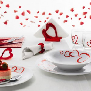 Piękna porcelna z sercowym motywem to doskonały pomysł na podanie romantycznego posiłku i deseru. Inspiracja od marki Kahla i sklepu Czerwona Maszyna. Fot. Kahla.