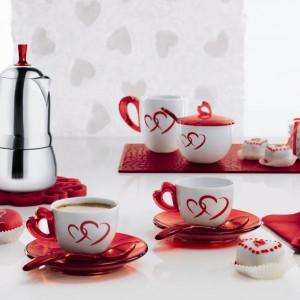 Pyszny walentynkowy sdeser nie może obyć się bez smacznej herbaty lub kawy. Uroczy serwis w serca to prpozycja marki Kahla, który znakomicie sprawdzi się też jako walentynkowy prezent. Fot. Kahla.