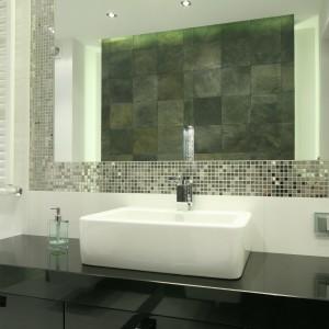 W lustrze odbija się grafitowy łupek w formie kamiennych płytek (30x30 cm) wykorzystano do wykończenia ściany w strefie sanitarnej. Srebrna mozaika wokół lustra stanowi znakomita oprawę. Projekt: Agnieszka Lorenc. Fot. Bartosz Jarosz.
