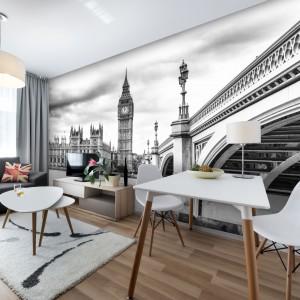 Jasny i przestronny salon z widokiem na samego Big Bena. Czarno-białą fototapeta podkreśli lekkość aranżacji. Fot. Livingstyle.pl