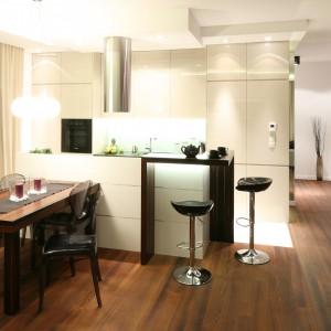 W salonie otwartym na kuchnię, stół najlepiej jest ustawić w bezpośrednim sąsiedztwie przestrzeni, gdzie przygotowywane są posiłki. Projekt: Katarzyna Mikulska-Sękalska. Fot. Bartosz Jarosz.
