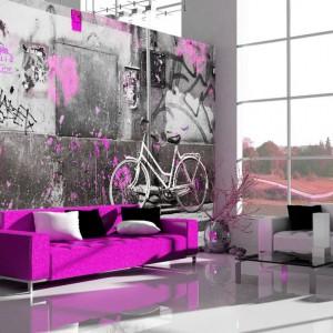 Zdjęcie fragmentu muru z typowymi miejskimi bazgrołami i graffiti idealnie ozdobi industrialne wnętrze, zaś różowe akcenty je ożywią. Fot. AgatonStudio.