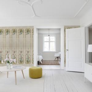 Stylizowana na stare wzory tapeta na ścianę od marki Mr Perswall to ciekawy motyw nie tylko do klasycznych wnętrz. Fot. Mr Perswall.