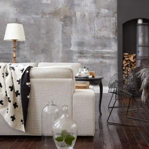 Tapeta imitująca betonową ścianę wpisuje się w modny trend pokrywania ścian betonem architektonicznym, ale z pewnością będzie tańszą opcją. Fot. Mr Perswall.