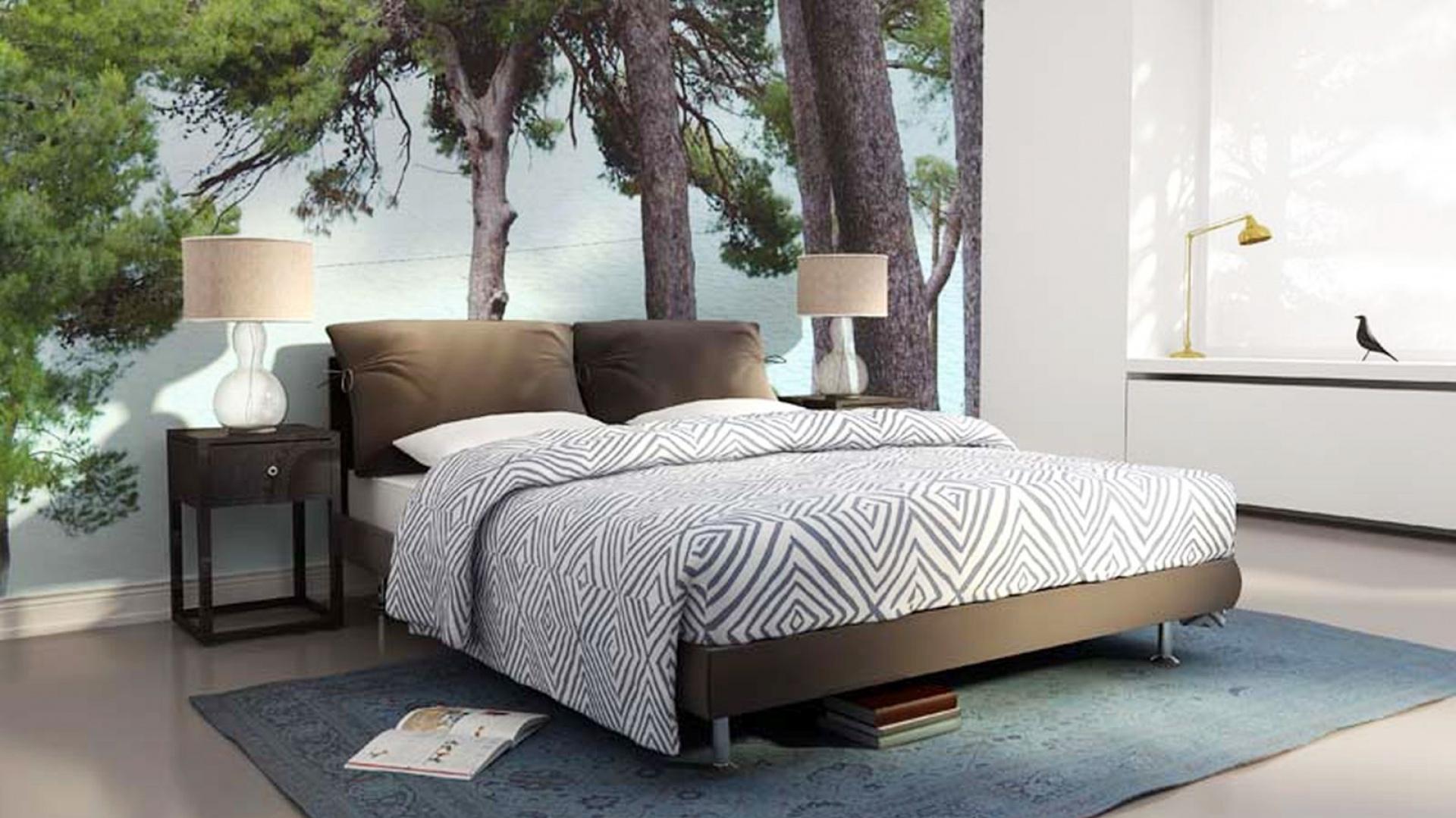 Cudownie byłoby móc spać pod drzewem. Realizację tego pragnienia umożliwia fototapeta z bujnymi drzewami marki Dekornik. Fot. Dekornik.