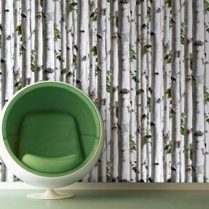 Motyw młodych brzózek zdobi tapetę Ambiance marki Koziel. Subtelna dekoracja sypialni w każdym stylu. Fot. Koziel.