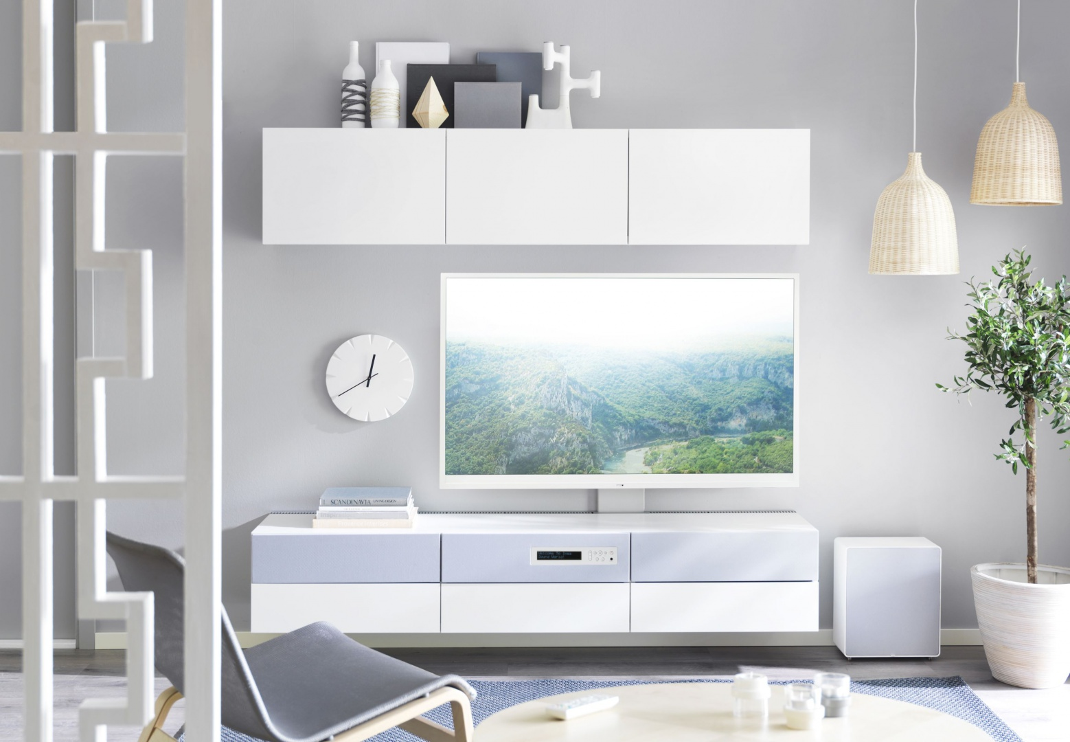 Szafka pod TV BESTA/Uppleva Kombi/TV 55/2.1 system dźwiękowy z oferty marki IKEA to połączenie telewizorów LED Uppleva i systemu mebli do przechowywania. Fot. IKEA.