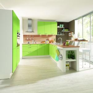 Białe korpusy zwieńczono soczystymi, zielonymi frontami. Optymistyczny akcent kolorystyczny ożywia przestrzeń kuchni. Fot. Pino, program PN160.