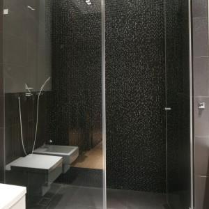 Tylną ścianę kabiny prysznicowej delikatnie oświetlono delikatnym światłem, które podkreśla fakturę i kolor mozaiki. Projekt: Katarzyna Żukowska. Fot. Bartosz Jarosz.