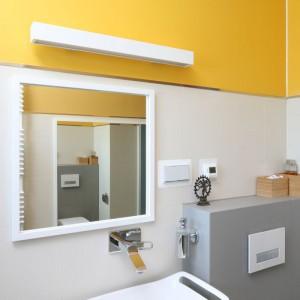 Nad lustrem znajduje się prosta lampa, która nawiązuje swoją stylistyką nawiązuje do wystroju łazienki. Projekt: Konrad Grodziński. Fot. Bartosz Jarosz.