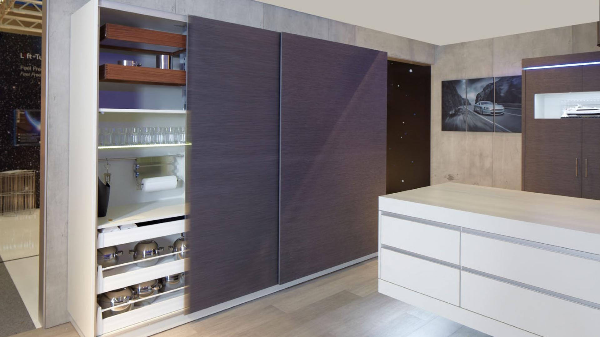 Kuchnia wyposażona w meble o drzwiach przesuwnych. Fot. Häfele
