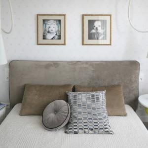 Miękki, tapicerowany zagłówek pięknie zdobi jasną ścianę. Nadaje przestrzeni sypialni ciepły, przytulny klimat. Projekt: Katarzyna i Michał Dudko. Fot. Bartosz Jarosz.
