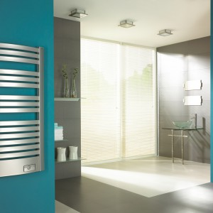Grzejnik Quatro firmy Enix. Półokrągły model w srebrnym kolorze podkreśli elegancki charakter łazienki. Fot. Enix.