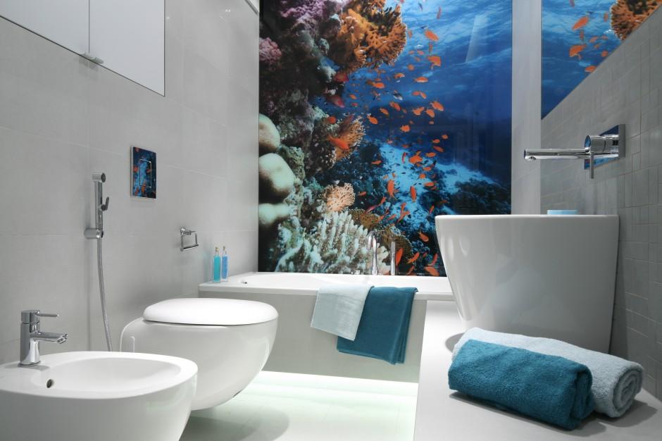 Biel w połączeniu z błękitem to kolory aranżacji nowoczesnej łazienki z fototapetą. Projekt: Anna Maria Sokołowska. Fot. Bartosz Jarosz.