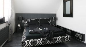 Klasyczne połączenie bieli i czerni pozwala na stworzenie ponadczasowego wnętrza. Przemyślane detale dodają wnętrzu smaku, tworząc wyjątkową sypialnię.