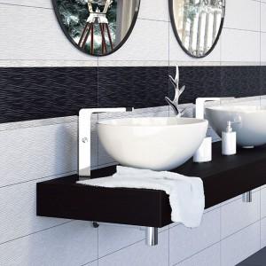 Do wysokich umywalek dobrano również wysokie baterie stawiane na blat. Całość kontrastuje z szerokim, czarnym blatem. Fot. Tau Ceramic.