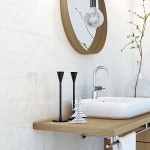 Umywalkę z wysoką baterią umieszczono na drewnianym blacie. Pod blatem znajduje się dodatkowa, praktyczna szafka oraz uchwyt na ręcznik. To rozwiązanie, które nada nowoczesnej łazience przytulny akcent. Fot. Opoczno.