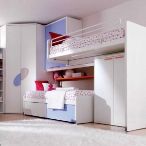 Dzięki temu, że dolne łóżko można wsuwać i wysuwać, w ciągu dnia dziewczynki mają więcej miejsca do zabawy. Fot. Doimo Cityline.