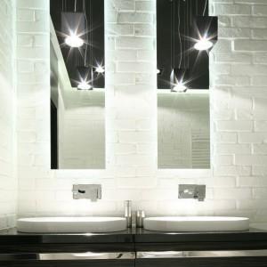 Nad dwoma umywalkami umieszczonymi na blacie zamontowano prostokątne lustra. Pod umywalkami mamy natomiast pojemną szafką na łazienkowe akcesoria. Projekt: Dominik Respondek. Fot. Bartosz Jarosz.