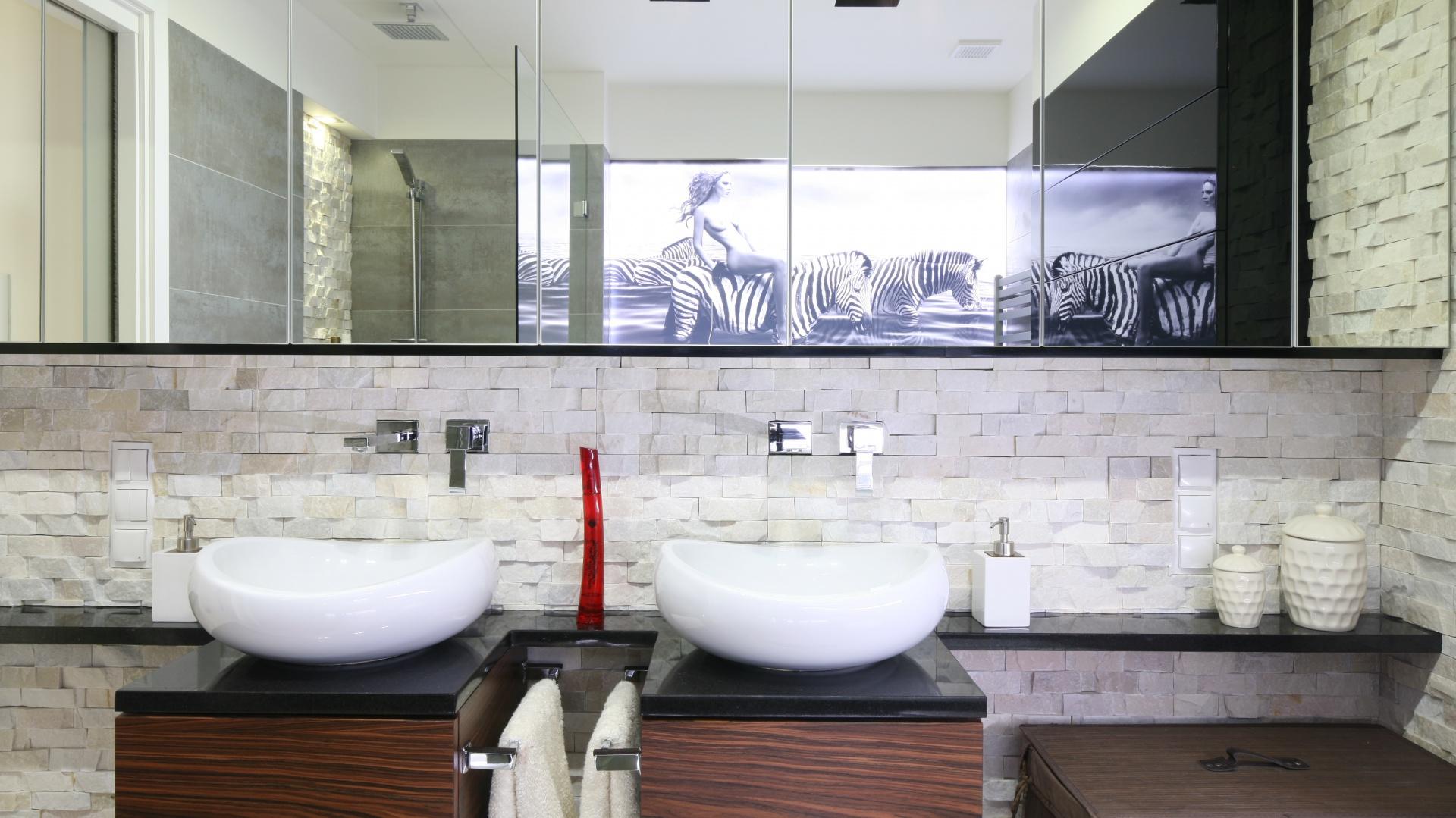Umywalki o pięknych, zaokrąglonych kształtach zestawiono z prostokątną formą szafek. Przyjemny kontrast wprowadza do wnętrza zastosowana kolorystyka. Projekt: Małgorzata Mazur. Fot. Bartosz Jarosz.