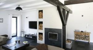 Drewniane belki pod sufitem nie tylko podtrzymują konstrukcję dachu, ale też pięknie wyglądają. Zobaczcie, jak można je wyeksponować.