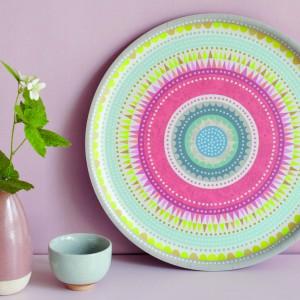 Ceramiczny talerz pomalowany na tęczowe kolory można ustawić np. na komodzie lub zawiesić na ścianie. Taka dekoracja z powodzeniem zastąpi tradycyjny obraz. Fot. The Wise House.