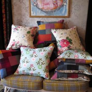 Dekoracyjne poduszki uszyte z tkaniny w kolorowe kwiaty rozweselą nawet najbardziej ponure wnętrze. Fot. Quiltsbylisa Watson.