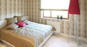 Oświetlenie stanowi jeden z najważniejszych elementów wystroju wnętrz. W sypialni pomaga zbudować przytulnąatmosferę i może stać się ciekawym elementem dekoracyjnym.