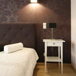 Po obu stronach łóżkach umieszczono białe stoliki z praktyczną szufladą. Projekt: Jolanta Kwilman. Fot. Bartosz Jarosz.