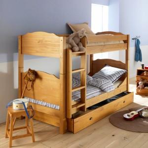 Zdaniem wielu specjalistów łóżko wykonane z drewna najlepiej wpływa na jakość snu dziecka. Ponadto materiał ten gwarantuje stabilność konstrukcji. Fot. La Redoute.