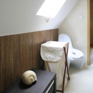 Miejsce pod skosem dachowym zostało praktycznie wykorzystane. Ustawiono tutaj ławeczkę, a obok  kosz na bieliznę. Fot. Bartosz Jarosz.