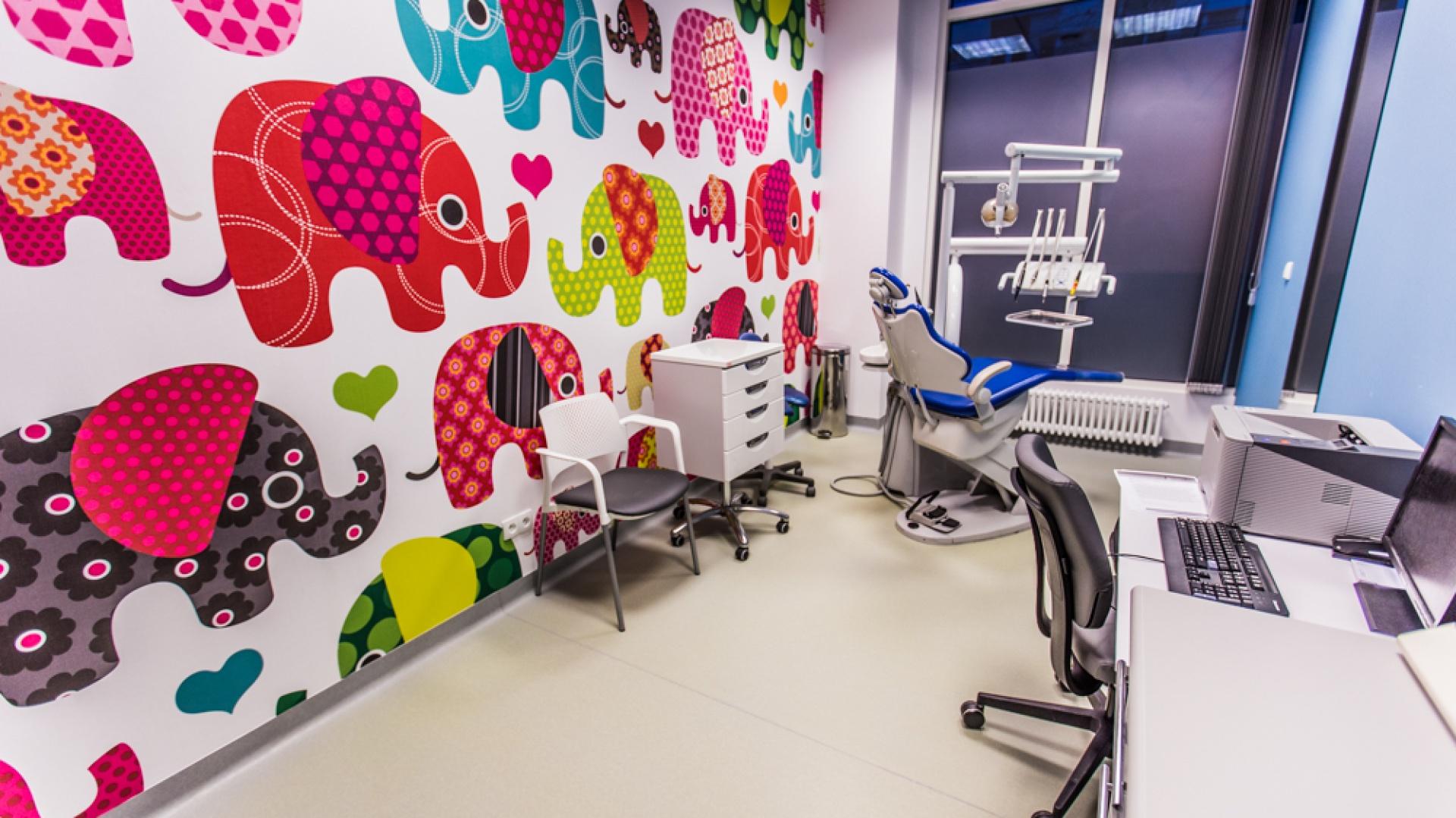 Elementem wyróżniającym poszczególne gabinety są kolory foteli dentystycznych, charakterystyczne dla wybranych specjalizacji. Na ścianach pojawiły się fototapety z wielkoformatowymi zdjęciami dmuchawców. Fot. Forbis Group