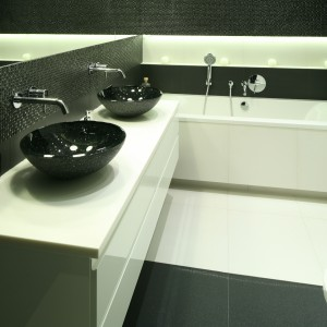Czarne umywalki w łazience? Czemu nie. Prezentują się bardzo efektownie. Projekt: Agnieszka Ludwinowska. Fot. Bartosz Jarosz.