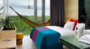 Gra kolorów, odważne grafiki, wyszukane połączenie materiałów. Kolorowe, hotelowe wnętrza mogą stać się inspiracją do urządzenia własnej sypialni.
