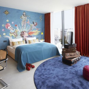 Wnętrza sypialni w Wiedniu zdobią grafiki z cyrkowymi motywami. Fot. 25 hours Hotels.