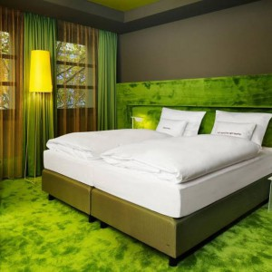 Zielona sypialnia w hotelu we Frankfurcie nad Menem.  Fot. 25 hours Hotels.