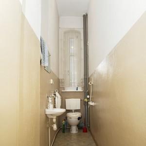 W starym mieszkaniu toaleta zorganizowana była w niewielkim wąskim pomieszczeniu. Fot. Iwona Kurkowska.