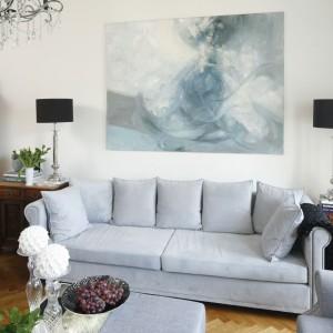 Ten sam pokój, który był widoczny na poprzednim zdjęciu, po generalnej metamorfozie pełni rolę eleganckiego salonu. Tutaj, jak i w całym mieszkaniu, odnaleźć można trochę klasyki, ale też trochę nowoczesności i tradycji. Projekt: Iwona Kurkowska. Fot. Bartosz Jarosz.